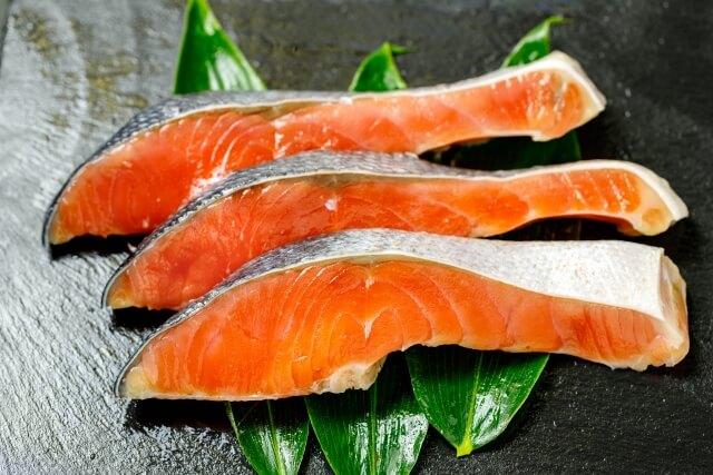 鮭にはアスタキサンチンが豊富に含まれる
