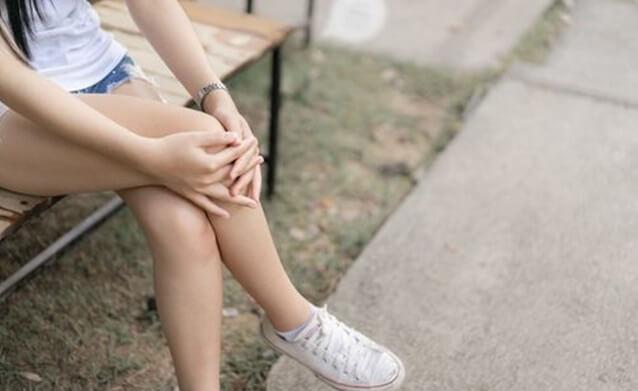 足を組む女性